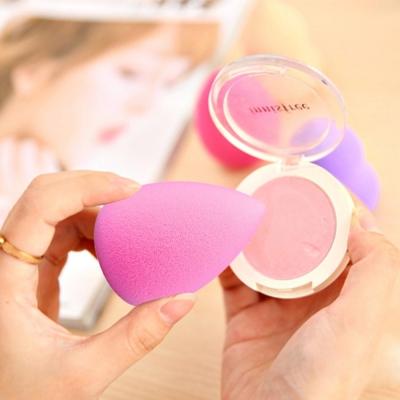 Make-up hubka v tvare kvapky - magenta